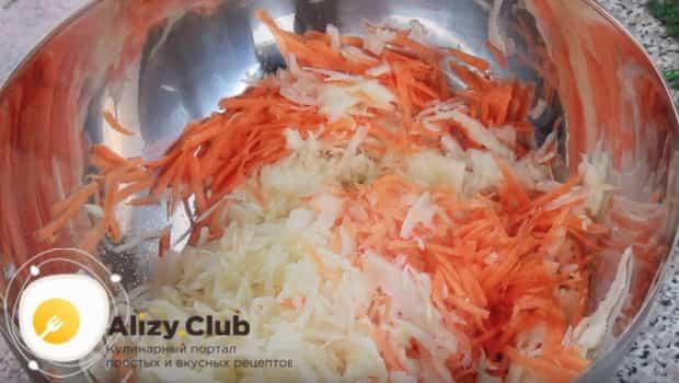 Шинкуем капусту и морковь