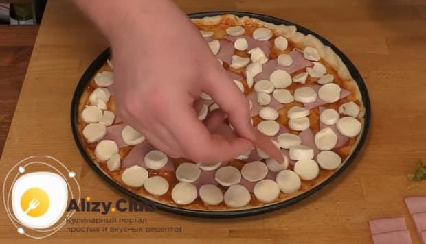 Для приготовления пиццы папперони вылаживаем начинку на тесто.