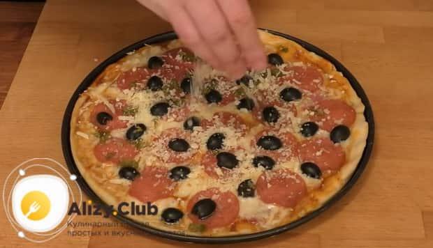 Для приготовления пиццы папперони натрите сыр на пиццу.
