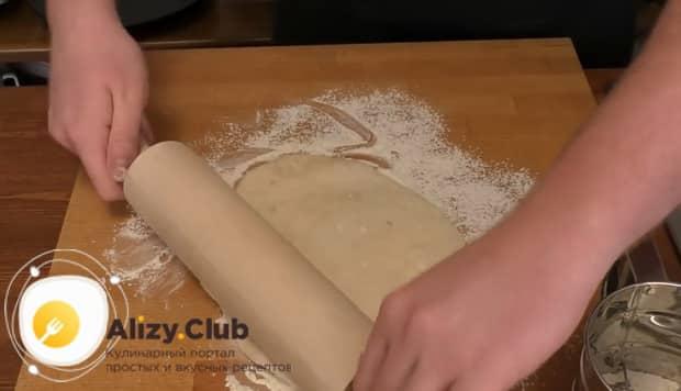 Для приготовления пиццы папперони раскатайте тесто.