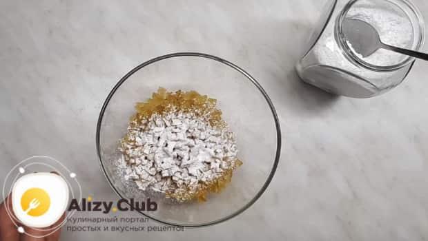 Перемешиваем цукаты из арбузных корок с сахарной пудрой