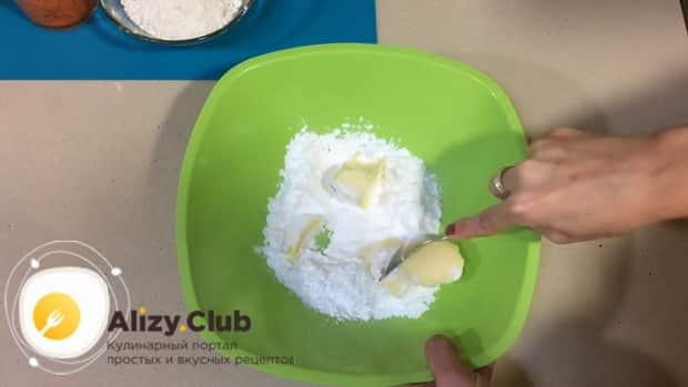 Для приготовления морковного печенья смешайте сахарную пудру и масло