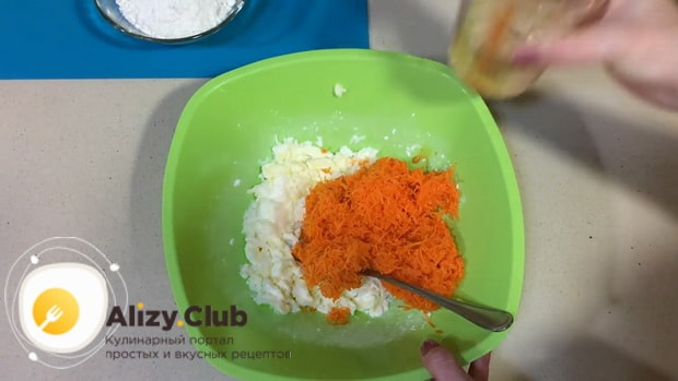 Для приготовления морковного печенья смешайте ингредиенты для теста.