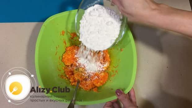Для приготовления морковного печенья добавьте муку в тесто.