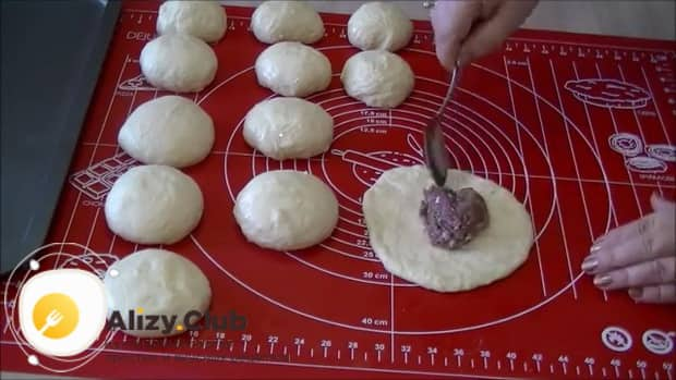 Для приготовления беляшей в домашних условиях выложите фарш на тесто.