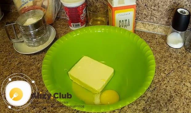 в миску кладем сливочное масло и два яйца