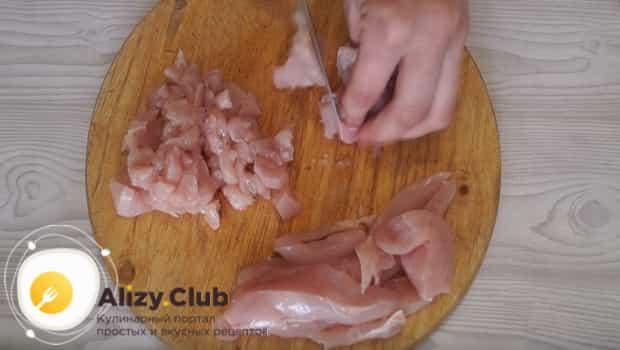 Режем куриное филе на небольшие кусочки