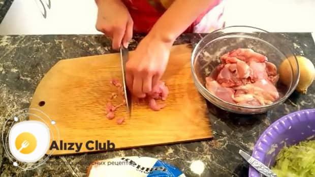 Для приготовления куриных котлет с кабачком нарежьте мясо.