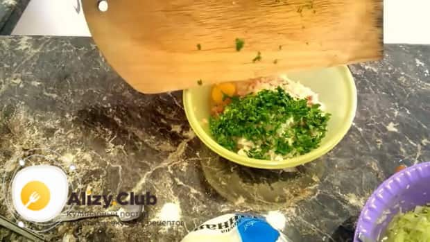 Для приготовления куриных котлет с кабачком нарежьте зелень.