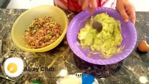 Для приготовления куриных котлет с кабачком соедините ингредиенты.