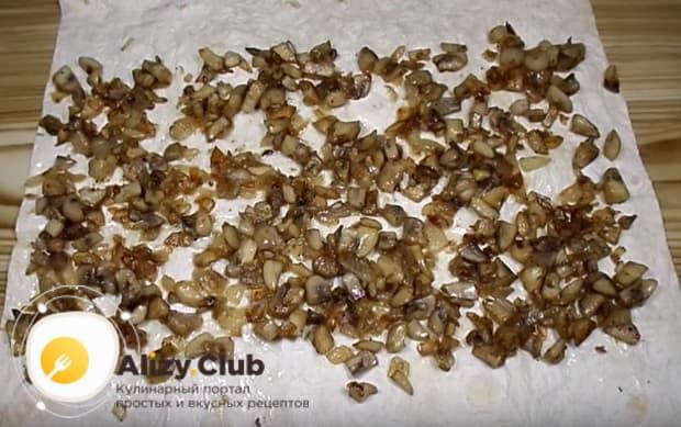 Выкладываем грибы с луком на лист лаваша
