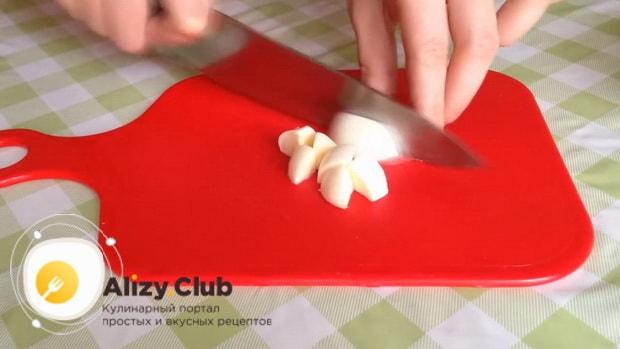 Нарежьте сыр для приготовления салата из шпината с яйцом и помидорами