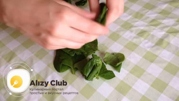 Подготовьте ингредиенты для приготовления салата из шпината с яйцом и помидорами