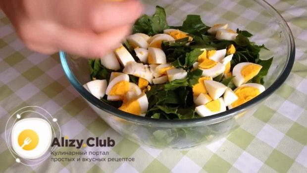 Нарежьте яйцо для приготовления салата из шпината с яйцом и помидорами