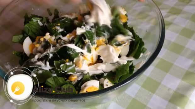 Смешайте зелень с яйцом для приготовления салата из шпината с яйцом и помидорами