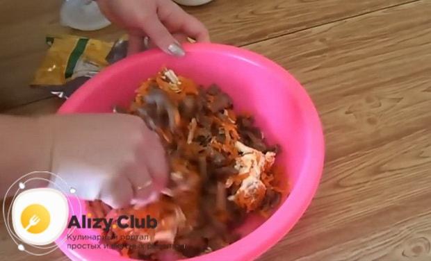Заправьте салат обжерка с печенью - майонезом и перемешайте.