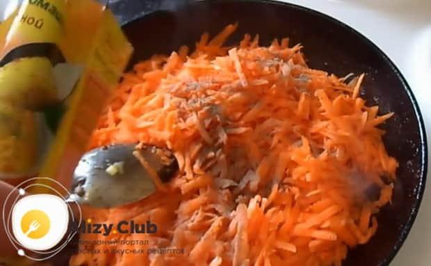 Обжарьте ингредиенты для приготовления салата обжорка с печенью