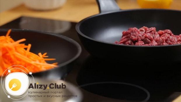 Для приготовления салата обжорка по классическому рецепту, обжарьте мясо.