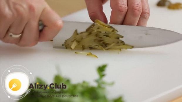 Для приготовления салата обжорка по классическому рецепту, нарежьте огурец.
