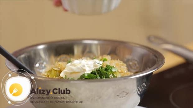 Для приготовления салата обжорка по классическому рецепту, заправьте все ингредиенты.