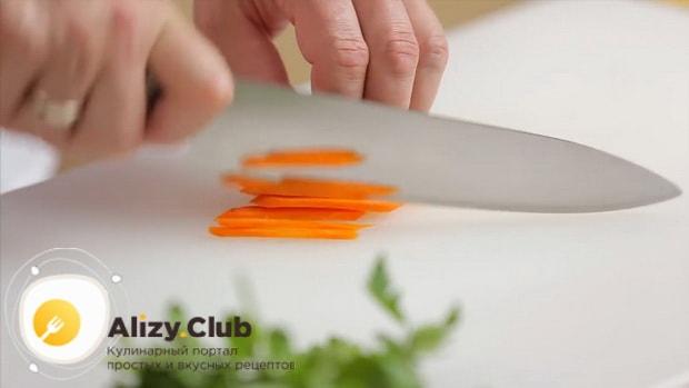 Для приготовления салата обжорка по классическому рецепту, нарежьте морковь.