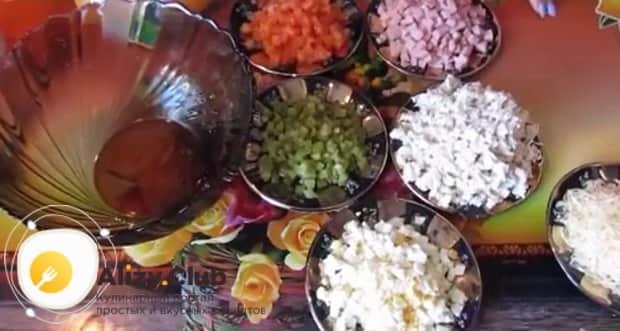 Для приготовления салата русская красавица, подготовьте все ингредиенты.