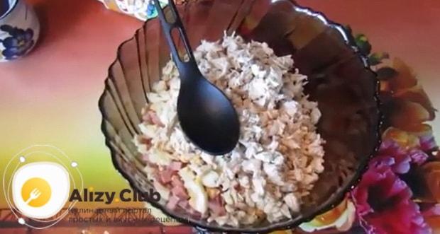 Попробуйте приготовить салат русская красавица с курицей и ветчиной