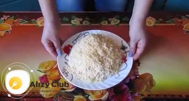 Посыпьте салат русская красавица с курицей и ветчиной сыром.