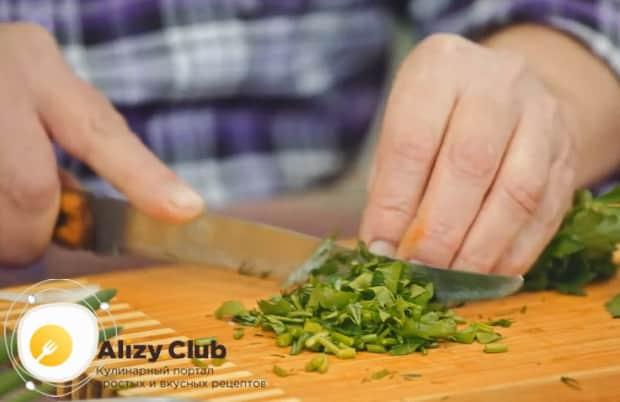 Для приготовления салата с редькой и огурцом нарежьте петрушку.