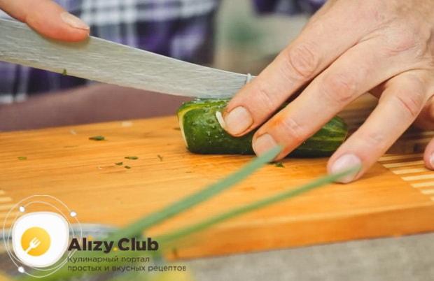 Для приготовления салата с редькой и огурцом нарежьте огурец.