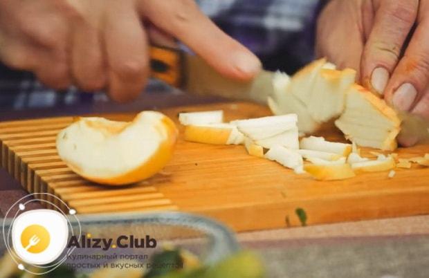 Для приготовления салата с редькой и огурцом нарежьте яблоко.