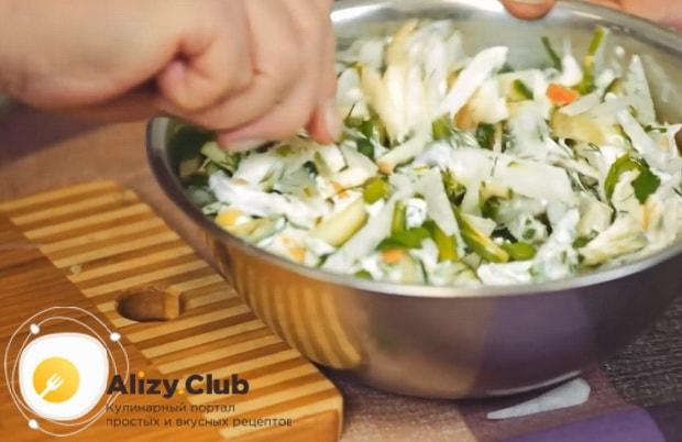 Для приготовления салата с редькой и огурцом соедините все ингредиенты.