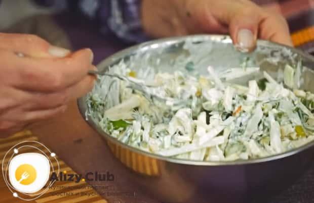 Полезный салат из редьки готов.