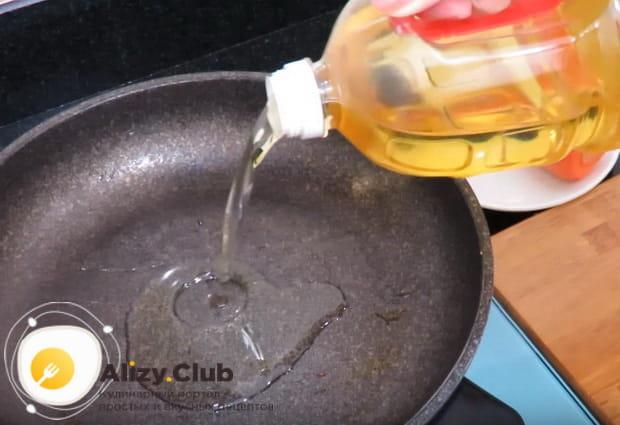 в сковороду наливаем растительное масло