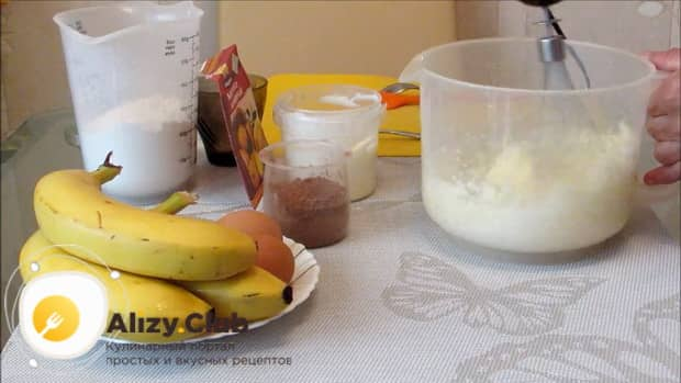 Для приготовления шоколадного пирога с бананом, приготовьте все ингредиенты.