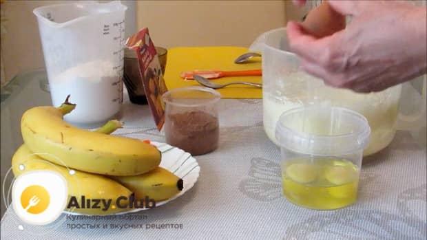 Для приготовления шоколадного пирога с бананом, добавьте яйца.
