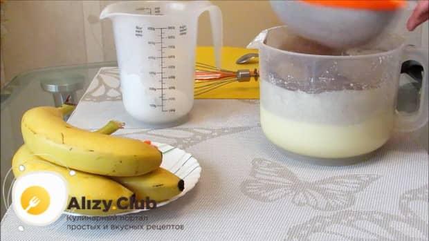 Для приготовления шоколадного пирога с бананом, добавьте какао.