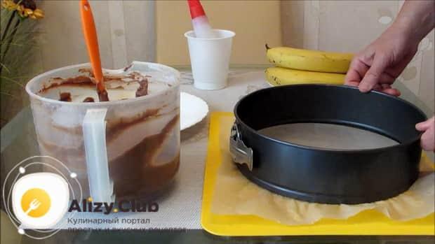 Для приготовления шоколадного пирога с бананом, смажьте форму маслом.