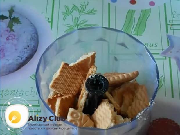 По рецепту. для приготовления колбаски из печенья, выложите ингредиенты в чашу блендера.