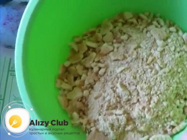 По рецепту. для приготовления колбаски из печенья, смешайте сухие ингредиенты.