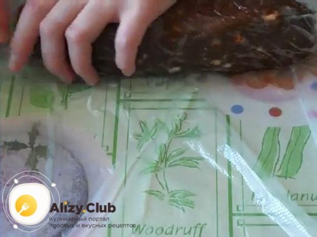 Попробуйте приготовить шоколадную колбаску из печенья.