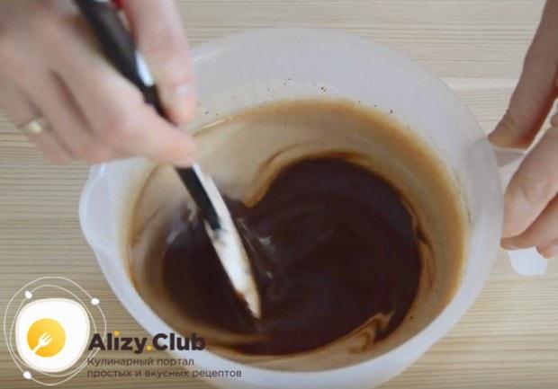 Залив шоколад горячим сливками, даем ему расплавиться, а затем размешиваем.