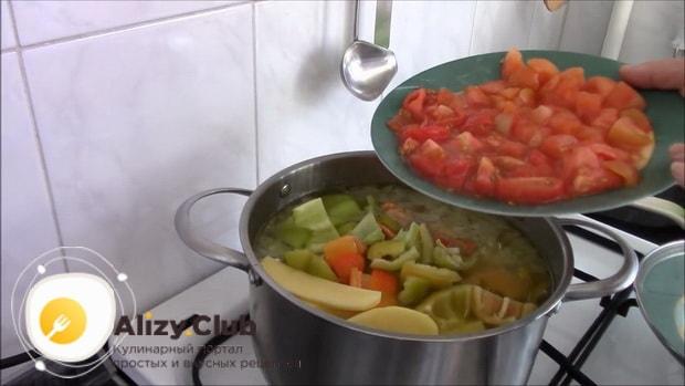 Для приготовления шурпы из говядины, нарежьте помидоры.