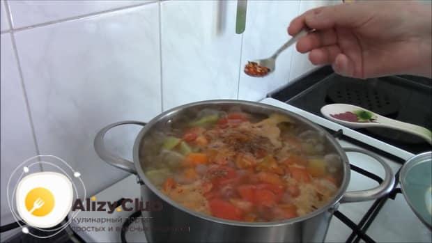 Для приготовления шурпы из говядины, добавьте специи.