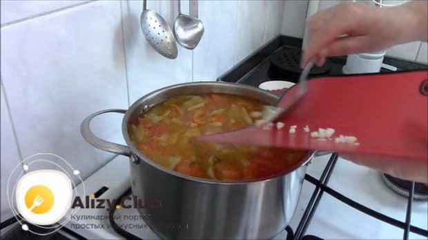 Для приготовления шурпы из говядины, добавьте в кастрюлю чеснок.