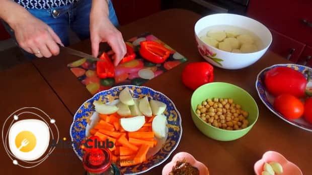 Для приготовления шурпы из говядины, нарежьте лук.