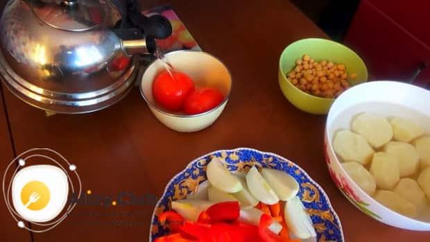Для приготовления шурпы из говядины, бланшируйте помидоры.