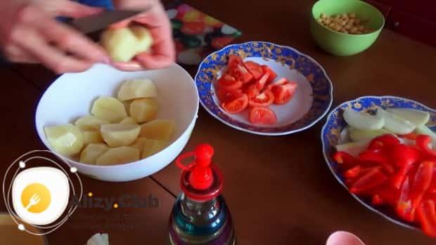 Для приготовления шурпы из говядины, нарежьте картофель.