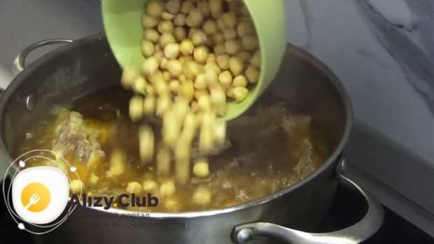 Для приготовления шурпы из говядины, положите в кастрюлю нут.