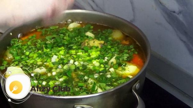 Для приготовления шурпы из говядины, доведите блюдо до готовности.